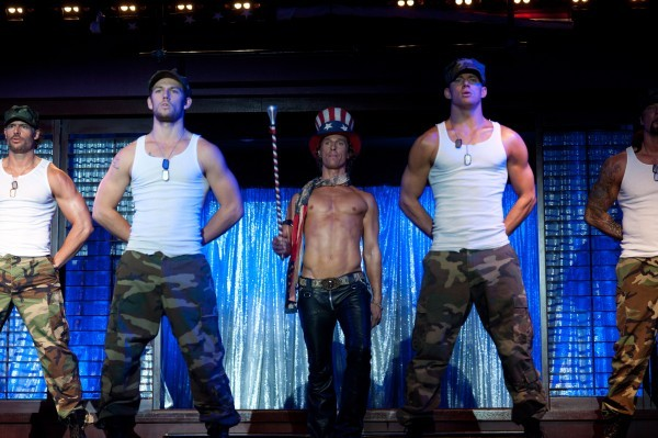 Channing Tatum, Alex Pettyfer e Matthew McConaughey nel corso di un'esibizione di spogliarello in Magic Mike