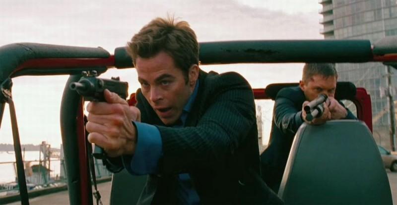 Chris Pine in una scena d'azione del film Una spia non basta insieme a Tom Hardy