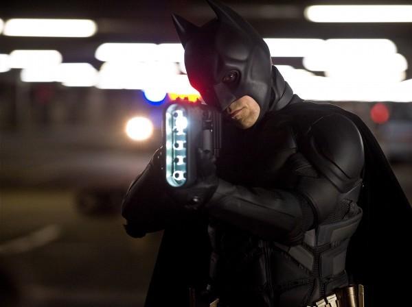 Christian Bale impugna uno dei suoi congegni in Il cavaliere oscuro - Il ritorno
