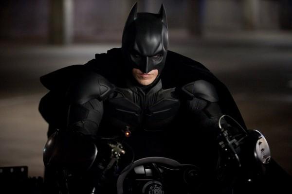 Christian Bale nei panni di Batman a bordo dei suoi veicolo ne Il cavaliere oscuro - Il ritorno