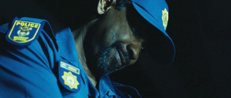 Denzel Washington sorride beffardo in una scena del thriller action Safe House - Nessuno è al sicuro