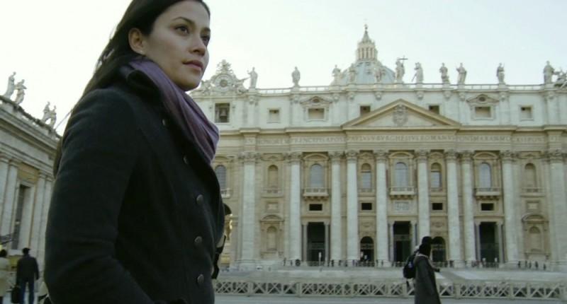 Fernanda Andrade davanti alla basilica di San Pietro in una scena del film L'altra faccia del diavolo