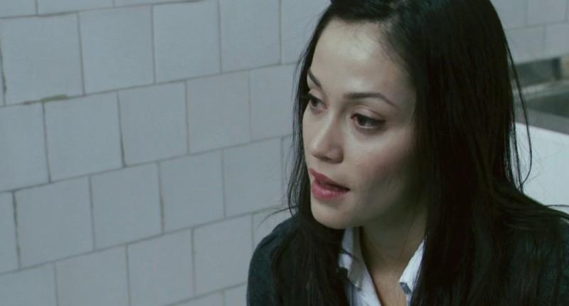 Fernanda Andrade nei panni di Isabella Rossi in una scena dell'horror demoniaco L'altra faccia del diavolo