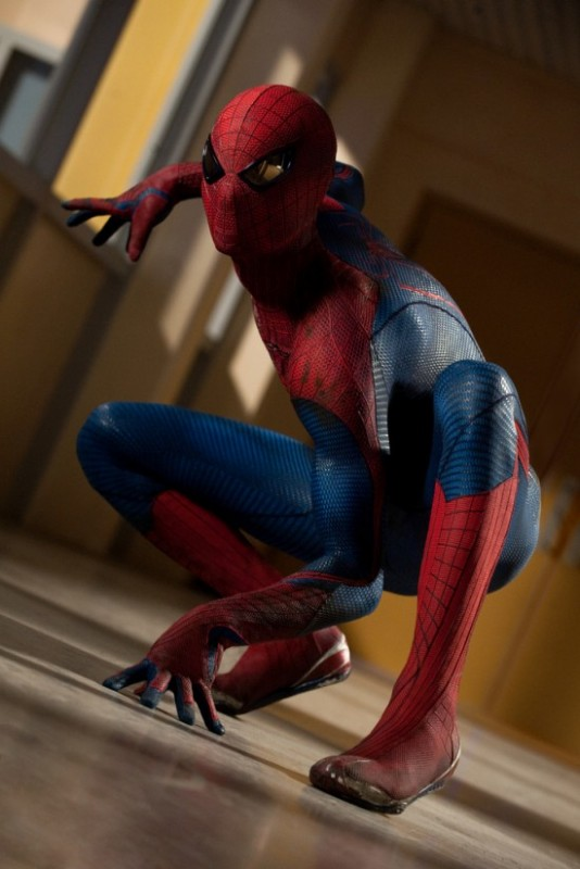 Il nuovo Spider-Man in posa plastica prima dell'azione in The Amazing Spider-Man