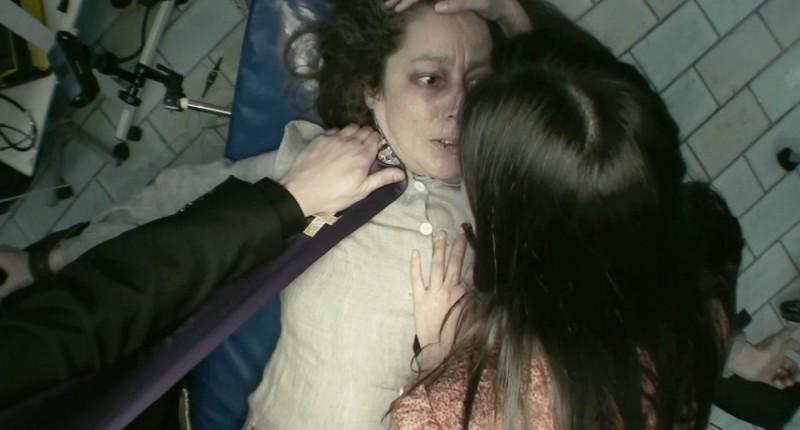 L'altra faccia del diavolo: Suzan Crowley immobilizzata durante un esorcismo in una scena del film