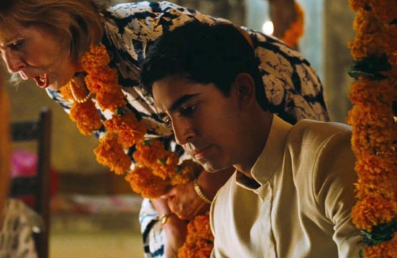 Marigold Hotel: Dev Patel insieme Penelope Wilton in una scena del film