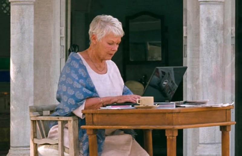 Marigold Hotel: Judi Dench al computer in una scena del film
