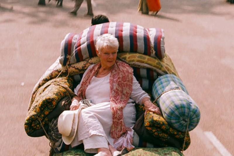 Marigold Hotel: Judi Dench in una buffa scena del film