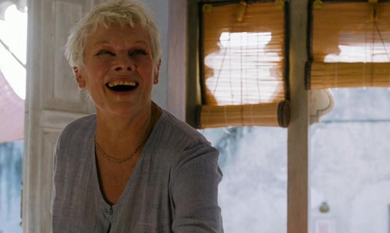 Marigold Hotel: Judi Dench sorride in una scena del film