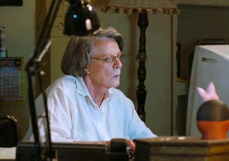 Marigold Hotel: Maggie Smith al computer in una scena del film