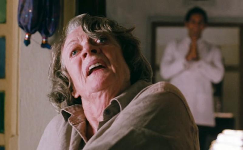 Marigold Hotel: Maggie Smith in una buffa scena del film