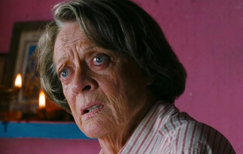 Marigold Hotel: un primo piano di Maggie Smith tratto dal film