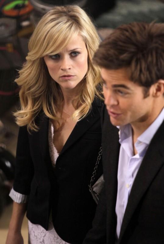 Reese Witherspoon in una scena del film Una spia non basta guarda esterrefatta Chris Pine