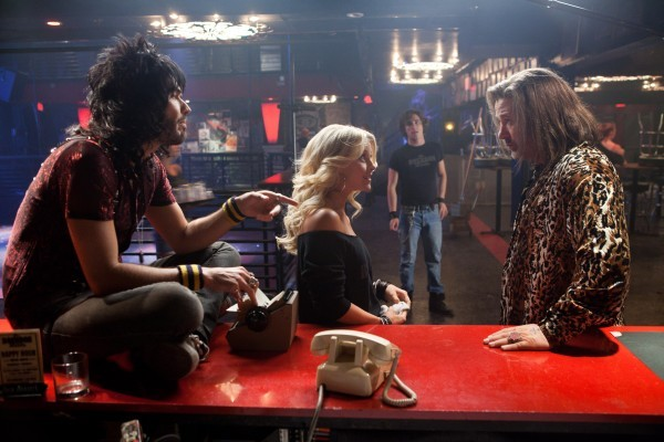 Russell Brand, Julianne Hough, Alec Baldwin e Diego Boneta discutono in una scena di rock of Ages