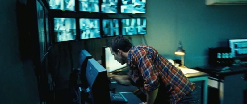 Safe House - Nessuno è al sicuro: Ryan Reynolds controlla le telecamere in una scena del film