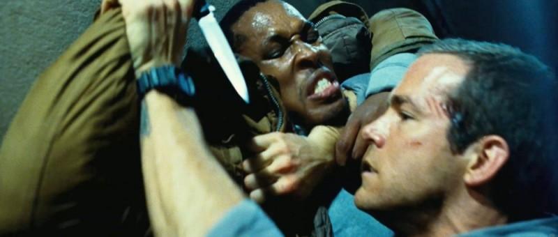 Safe House - Nessuno è al sicuro: Ryan Reynolds in una scena d'azione del film