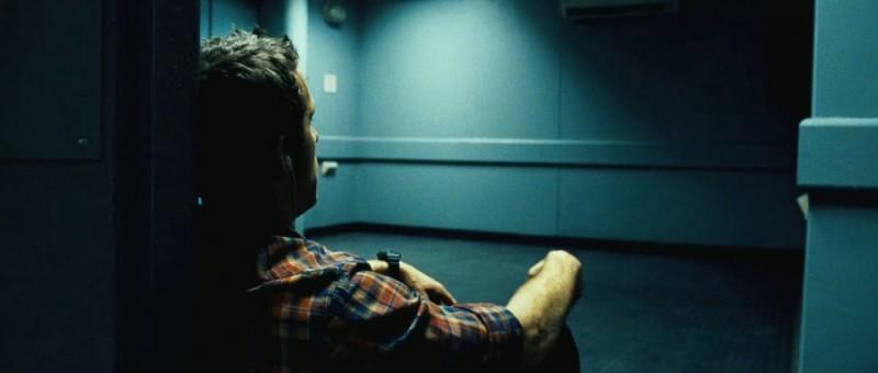 Safe House - Nessuno è al sicuro: Ryan Reynolds seduto in terra in una scena del film