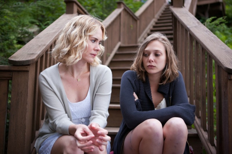 Sarah Paulson insieme a Elizabeth Olsen in una scena del film drammatico La fuga di Martha