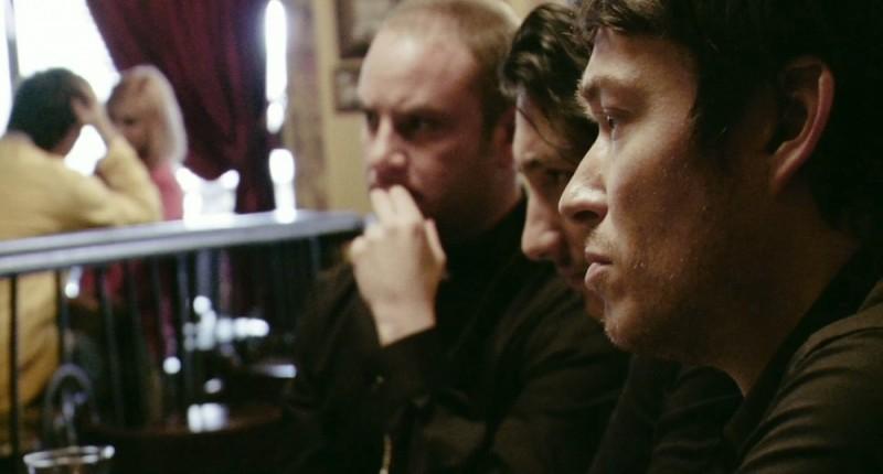 Simon Quarterman in una scena dell'horror demoniaco L'altra faccia del diavolo insieme a Evan Helmuth