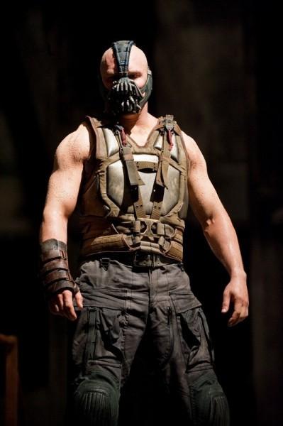 Tom Hardy in azione nei panni del feroce Bane ne Il cavaliere oscuro - Il ritorno