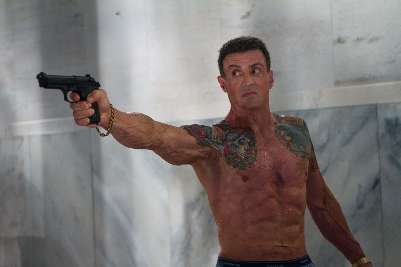 Un tatuato Sylvester Stallone in azione in una pericolosa scena di Bullet to the Head