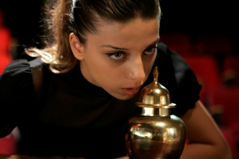 Angela Sarafyan nei panni di Sandy in una scena del film Noise Matters
