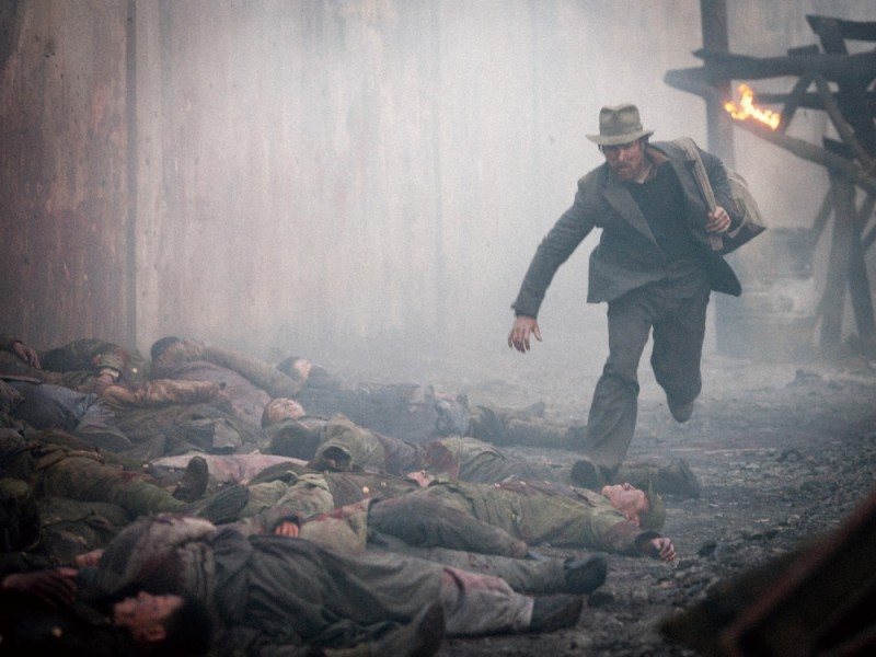 Christian Bale in fuga in una scena del film storico The Flowers of War
