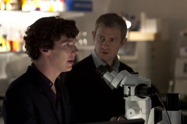 Sherlock: Benedict Cumberbatch e Martin Freeman in un momento dell'episodio A Scandal in Belgravia
