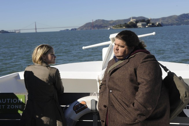 Alcatraz: Jorge Garcia e Sarah Jones in una scena del pilot della serie