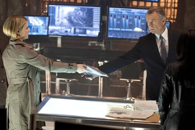 Alcatraz: Sam Neill e Sarah Jones in una scena del pilot della serie