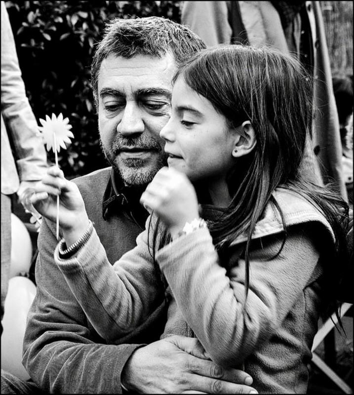 Dictado: il regista Antonio Chavarrías insieme alla piccola Mágica Pérez in una foto promozionale del film