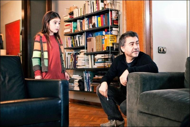 Dictado: il regista Antonio Chavarrías insieme alla piccola Mágica Pérez sul set del film