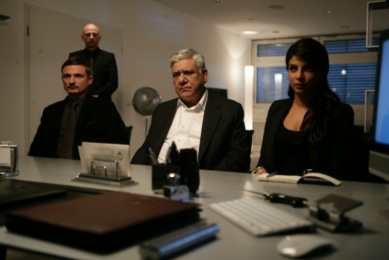 Don - The King is Back: Priyanka Chopra, Florian Lukas e Om Puri in una scena del film