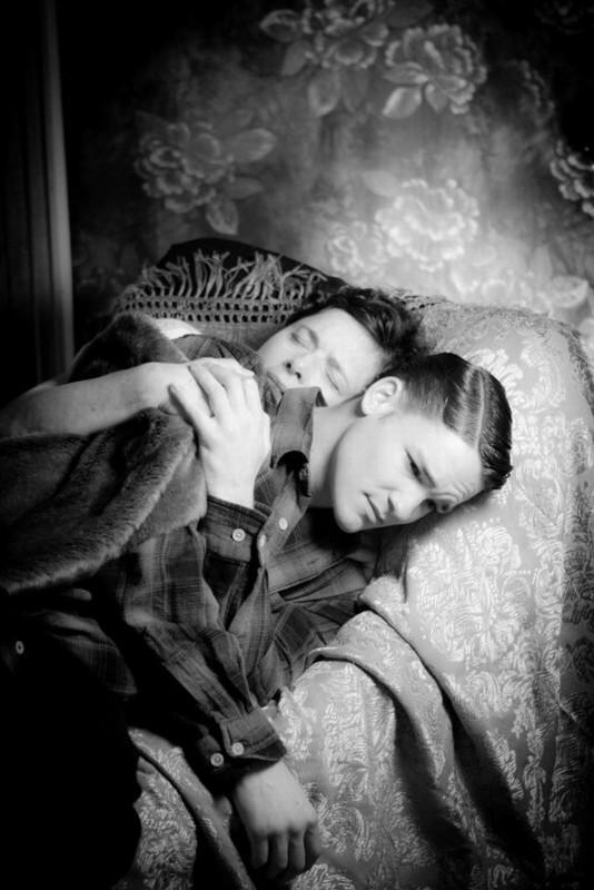 Isabella Rossellini insieme a David Wontner in una tenera scena del thriller drammatico Keyhole