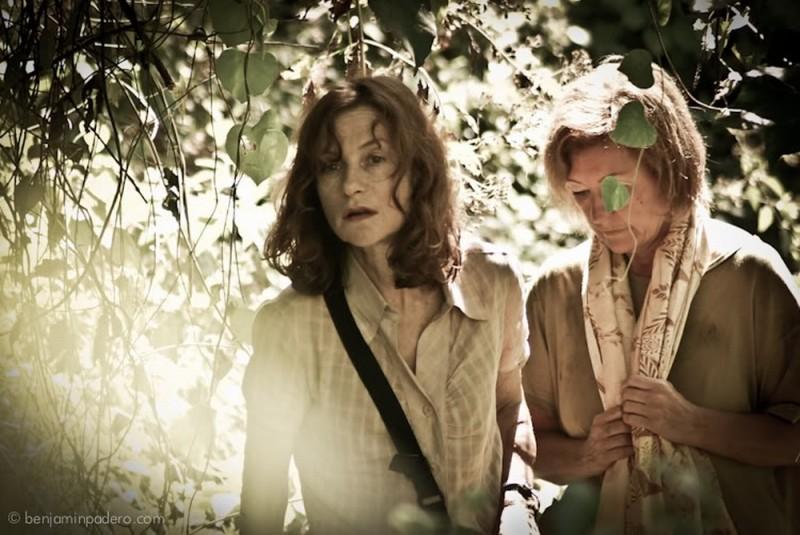 Isabelle Huppert in una drammatica scena del film Captive insieme a Kathy Mulville