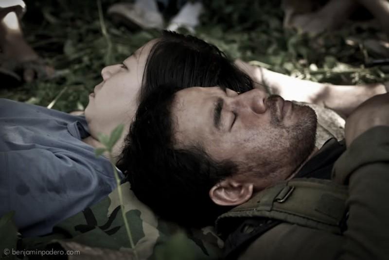 Neil Ryan Sese in una scena del film Captive insieme a Goldilyn Uy
