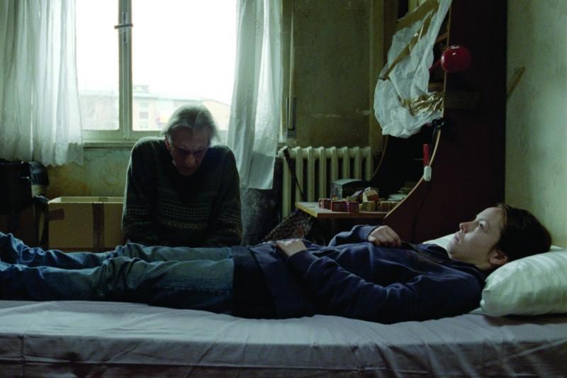 Olimpia Melinte e Roberto Herlitzka in un momento del film Sette opere di misericordia