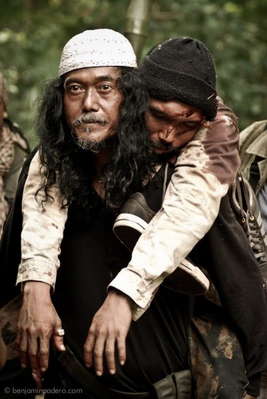 Perry Dizon insieme a Bombi Plata in una drammatica scena del film Captive