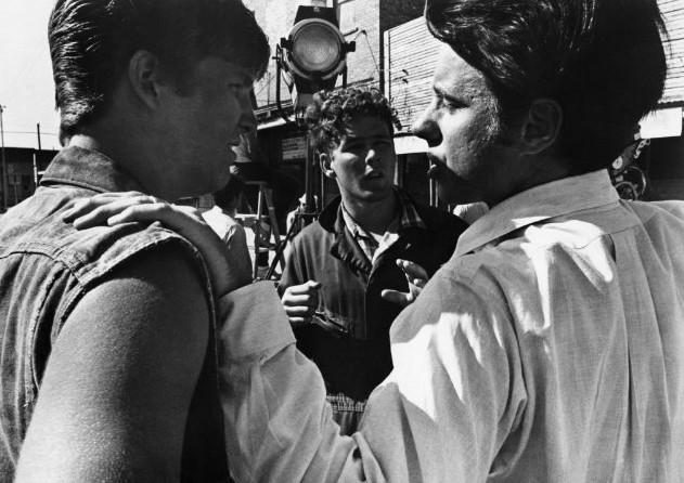 Peter Bogdanovich illustra una scena a Jeff Bridges e Timothy Bottoms sul set de L'ultimo spettacolo
