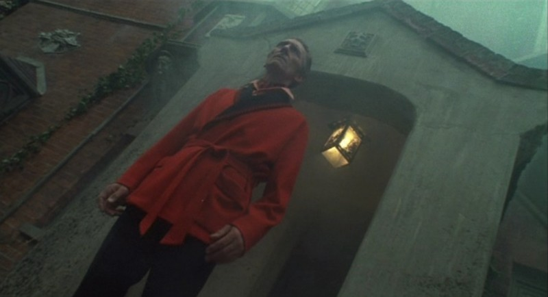 Peter Cushing in una sequenza de La casa che grondava sangue
