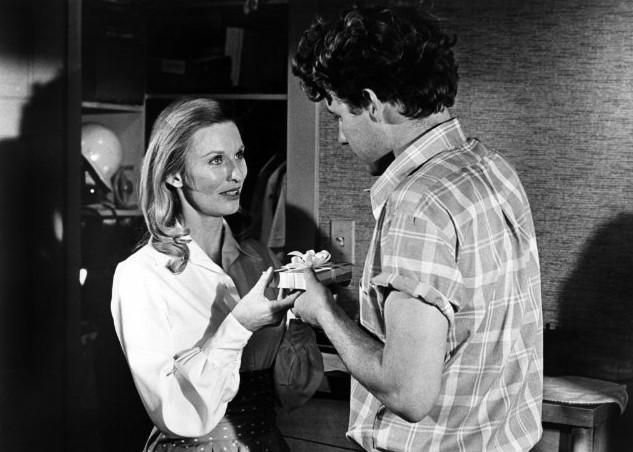 Timothy Bottoms consegna un regalo a Cloris Leachman in una scena de L'ultimo spettacolo