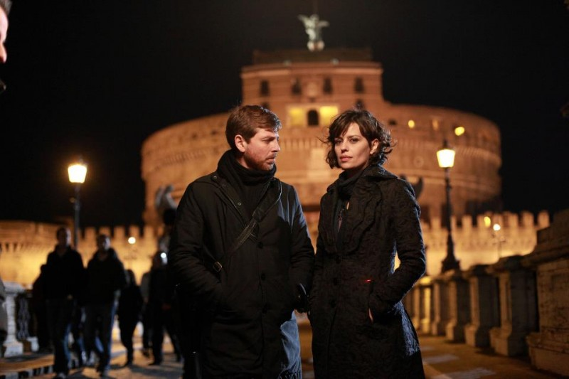 Claudia Pandolfi e Claudio Gioè all'ombra di Castel Sant'Angelo nella miniserie di Canale 5 Il Tredicesimo Apostolo