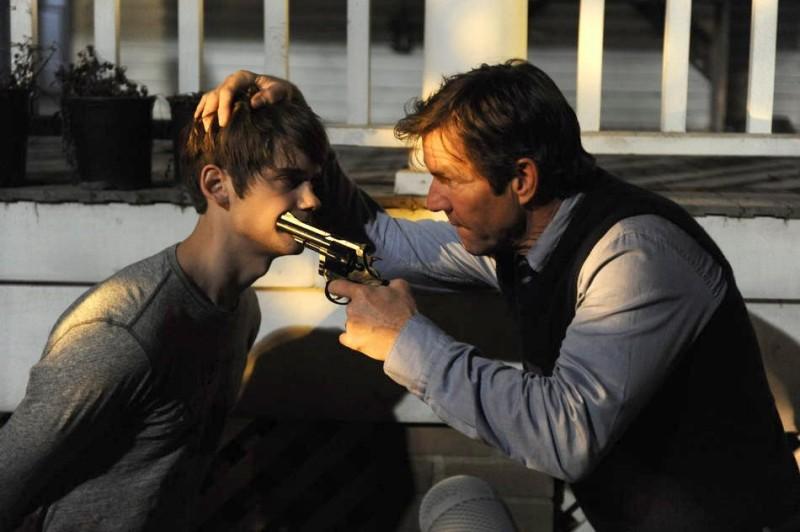 Dennis Quaid in Beneath the Darkness con Devon Werkheiser in una scena del film