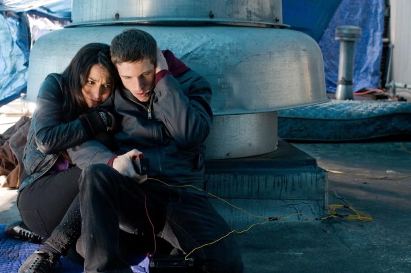 40 carati: Jamie Bell e Genesis Rodriguez attendono la deflagrazione in un'immagine del film