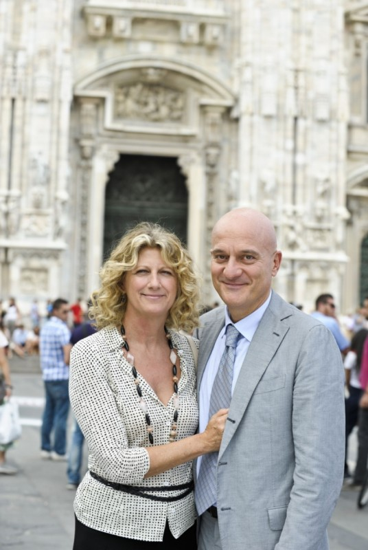 Benvenuti al Nord: Claudio Bisio e Angela Finocchiaro sorridenti sul set del film
