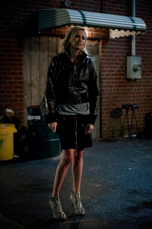 Charlize Theron sconsolata in una scena del film Young Adult