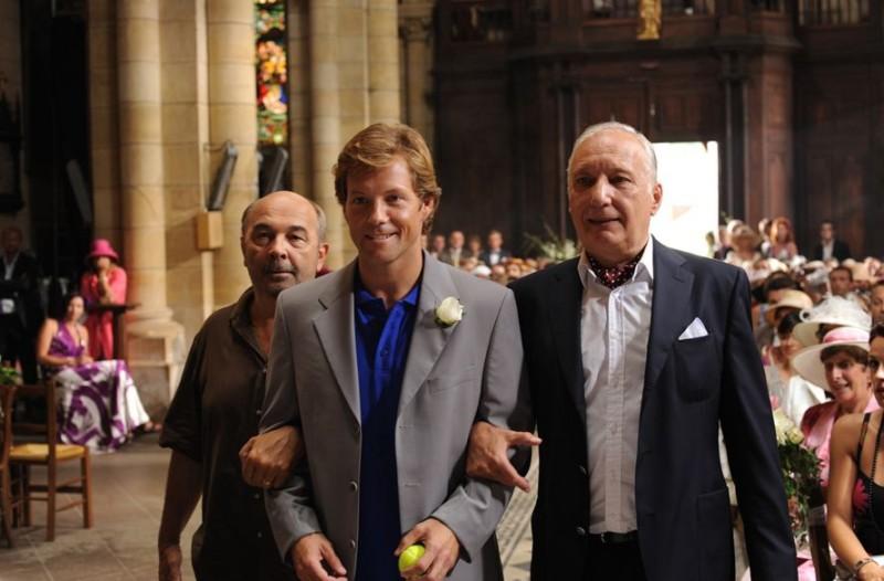 Jamie Bamber a braccetto con François Berléand e Gérard Jugnot in Un jour mon père viendra