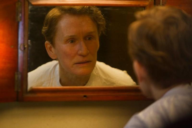 La straordinaria Glenn Close allo specchio nei panni di Albert Nobbs