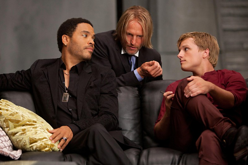 Lenny Kravitz, Woody Harrelson e Josh Hutcherson discutono in una scena di The Hunger Games