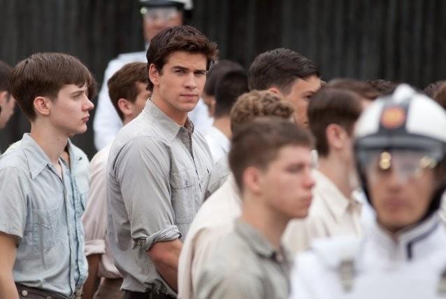 Liam Hemsworth in mezzo ai giovani di Panem, città immaginaria in cui è ambientato The Hunger Games